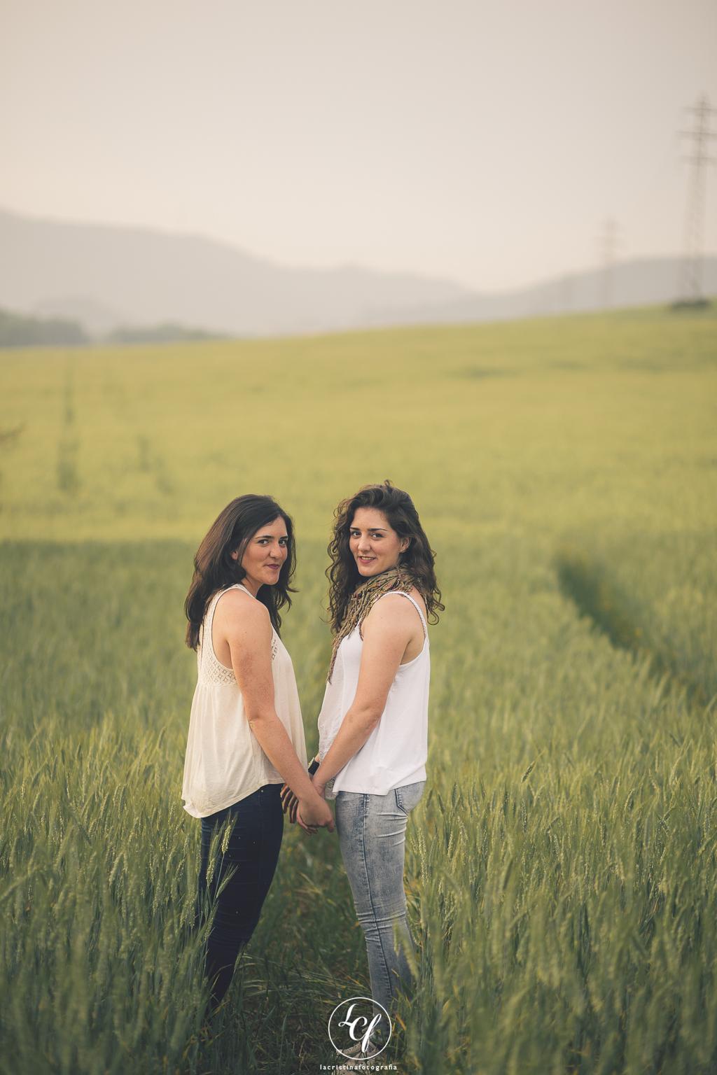 Fotógrafo familiar ripollet :: fotografía familiar barcelona :: reportaje fotografía natural :: sesión fotografía hermanas gemelas