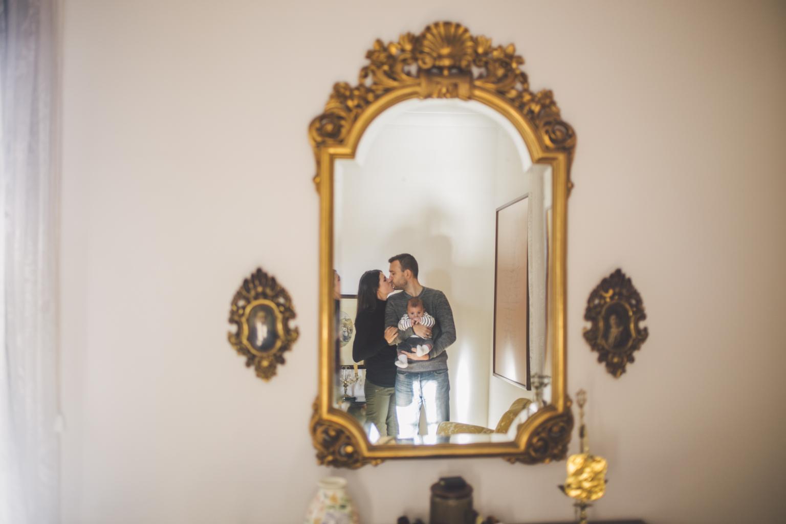 Fotógrafo familiar Barcelona :: En la casa familiar :: Penedés :: Viñas :: Amanecer de invierno :: Bebé exterior :: Reportaje familiar en casa
