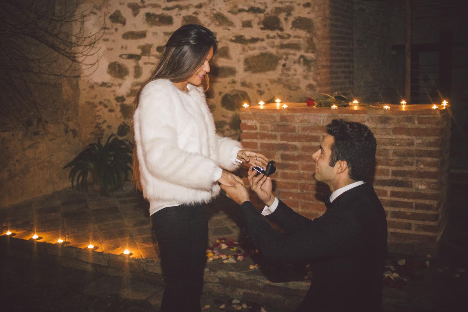 fotografo de bodas barcelona :: pedida de mano sorpresa :: pedida de mano romántica sorpresa :: pedida de manos con velas :: preboda en barcelona