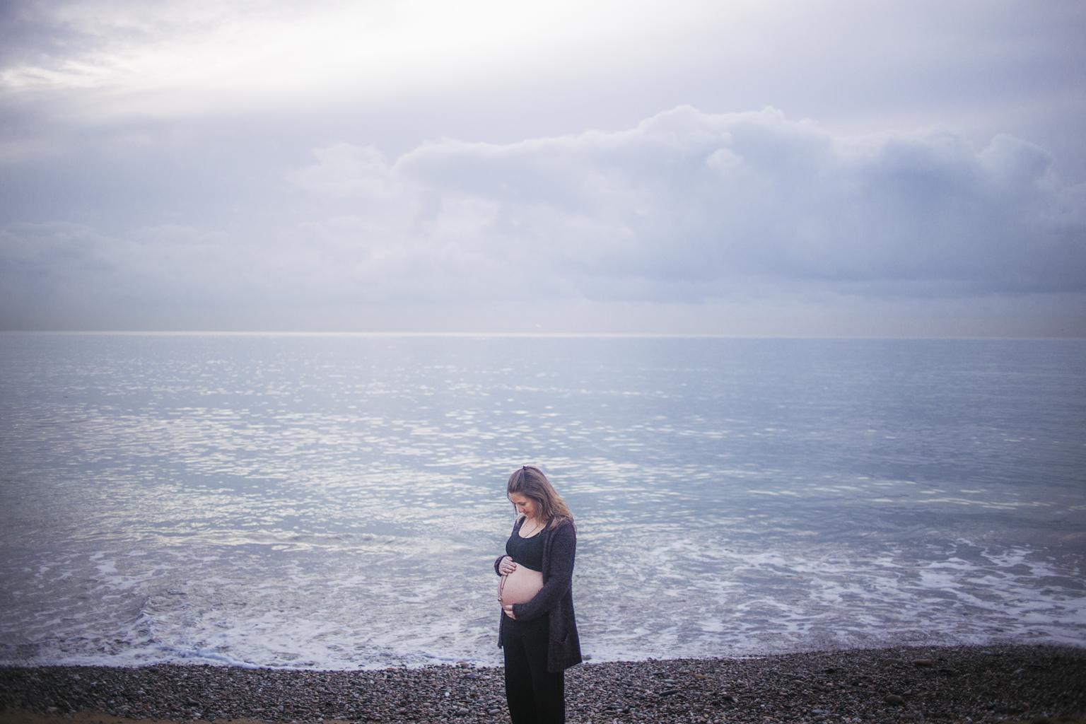 Fotógrafo de embarazo barcelona playa :: fotografía embarazada playa Barcelona :: fotógrafo de embarazada