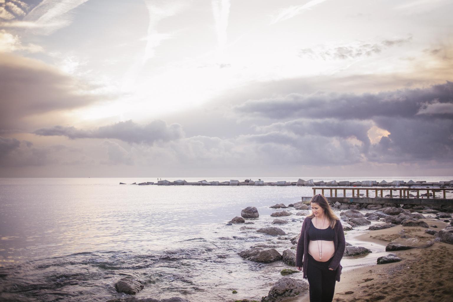 Fotógrafo embarazo barcelona playa :: fotografía embarazada playa Barcelona :: fotógrafo de embarazada