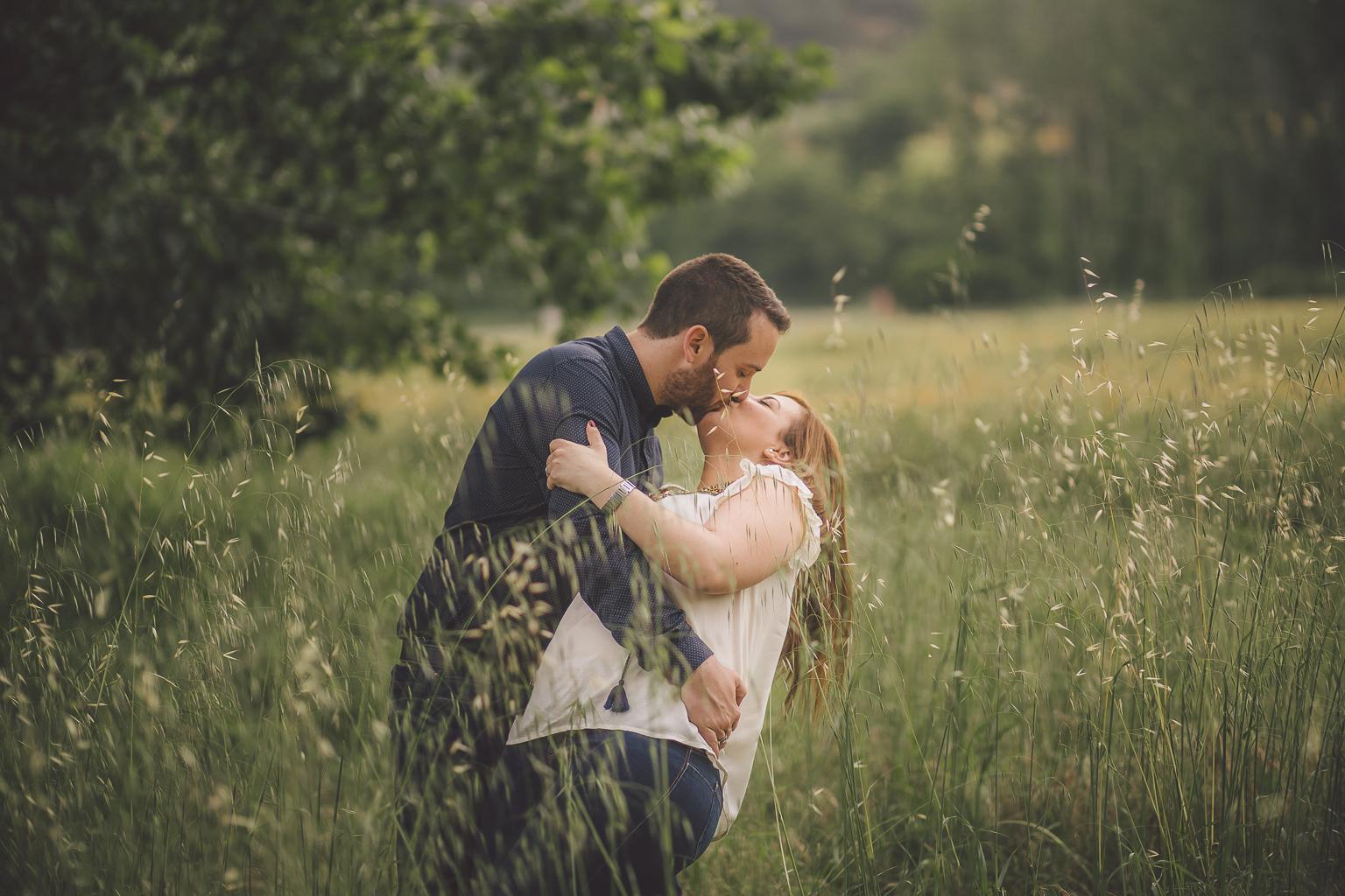 fotógrafo preboda barcelona :: fotógrafo boda barcelona :: fotógrafo romántico :: preboda en el bosque :: preboda en el campo :: preboda en hostalrich