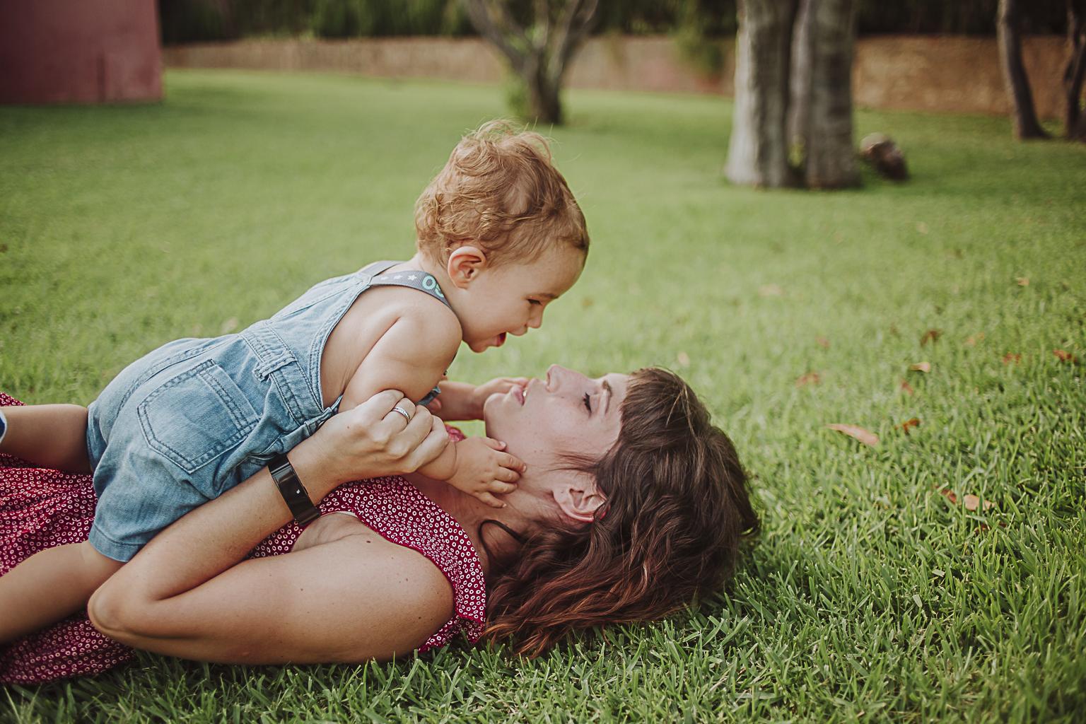 Fotógrafo de familia :: Reportaje en la playa de Comarruga :: Fotografía en la playa :: mamá y bebé :: fotografía familiar :: Fotografía de bebés :: Fotógrafo en Barcelona :: Barcelona photographer