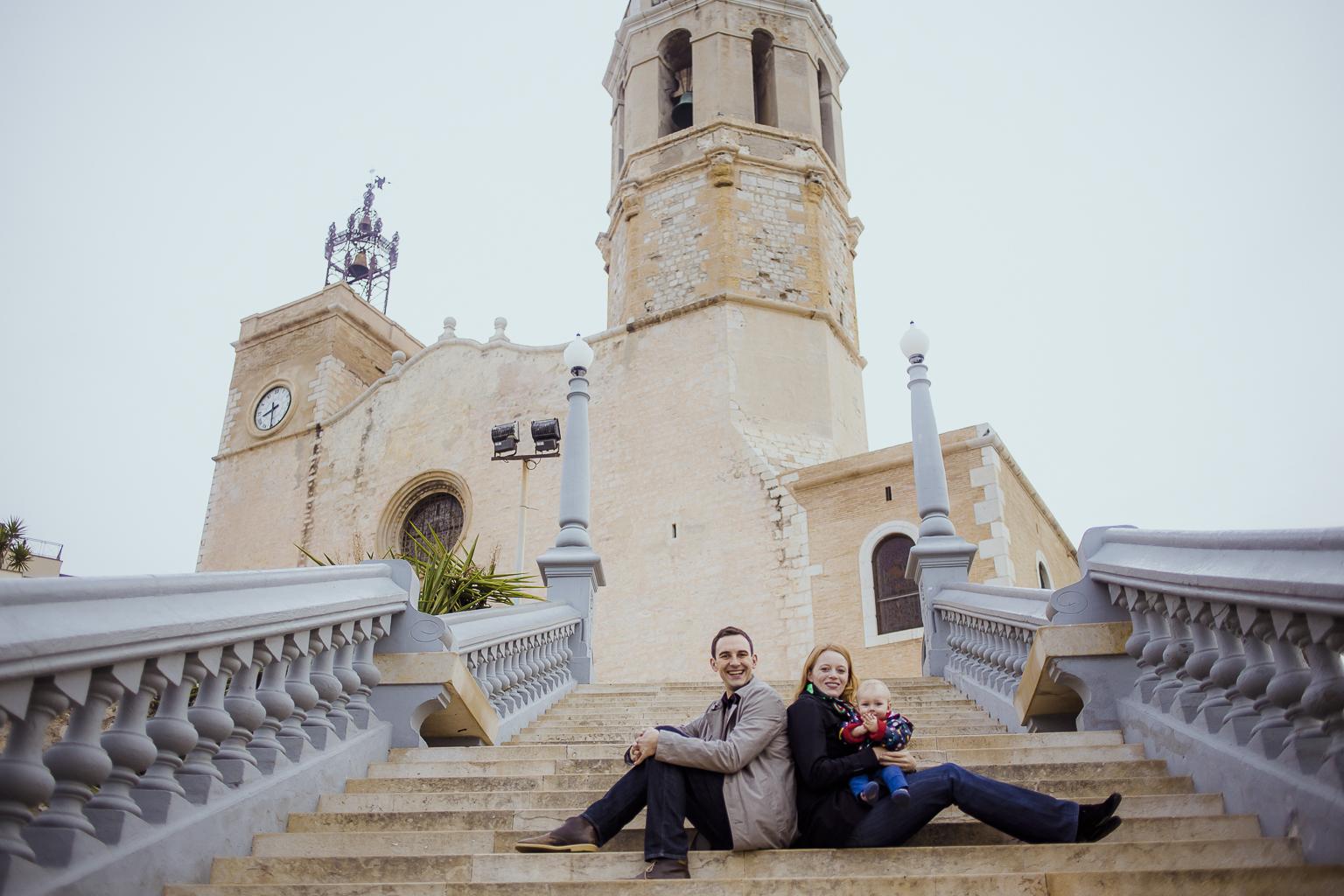 Fotógrafo de familia Barcelona :: Sitges :: Fotografía familiar natural :: Fotografía de familia en la playa :: Fotografía infantil exterior :: Día nublado :: Best Barcelona photographer