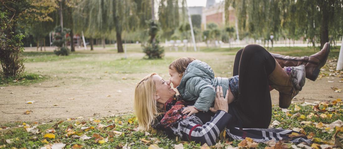 Fotografía de familia Barcelona :: Parque de Poblenou :: Parc de Poble nou :: Reportaje familiar exterior :: Fotógrafo familiar :: fotografía natural :: fotógrafo exterior Barcelona