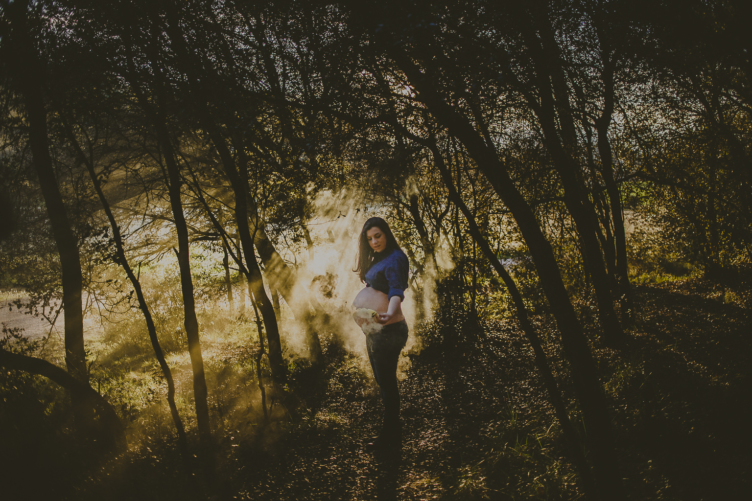 fotógrafo embarazada Sant Cugat :: Embarazo Sant Cugat :: Atardecer en Cardedeu :: Humo de colores :: Primavera