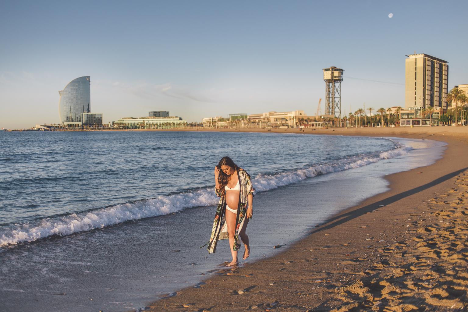 fotógrafos de embarazo barcelona :: Amanecer en la Barceloneta :: Fotografía de embarazo :: Embarazada en Barcelona