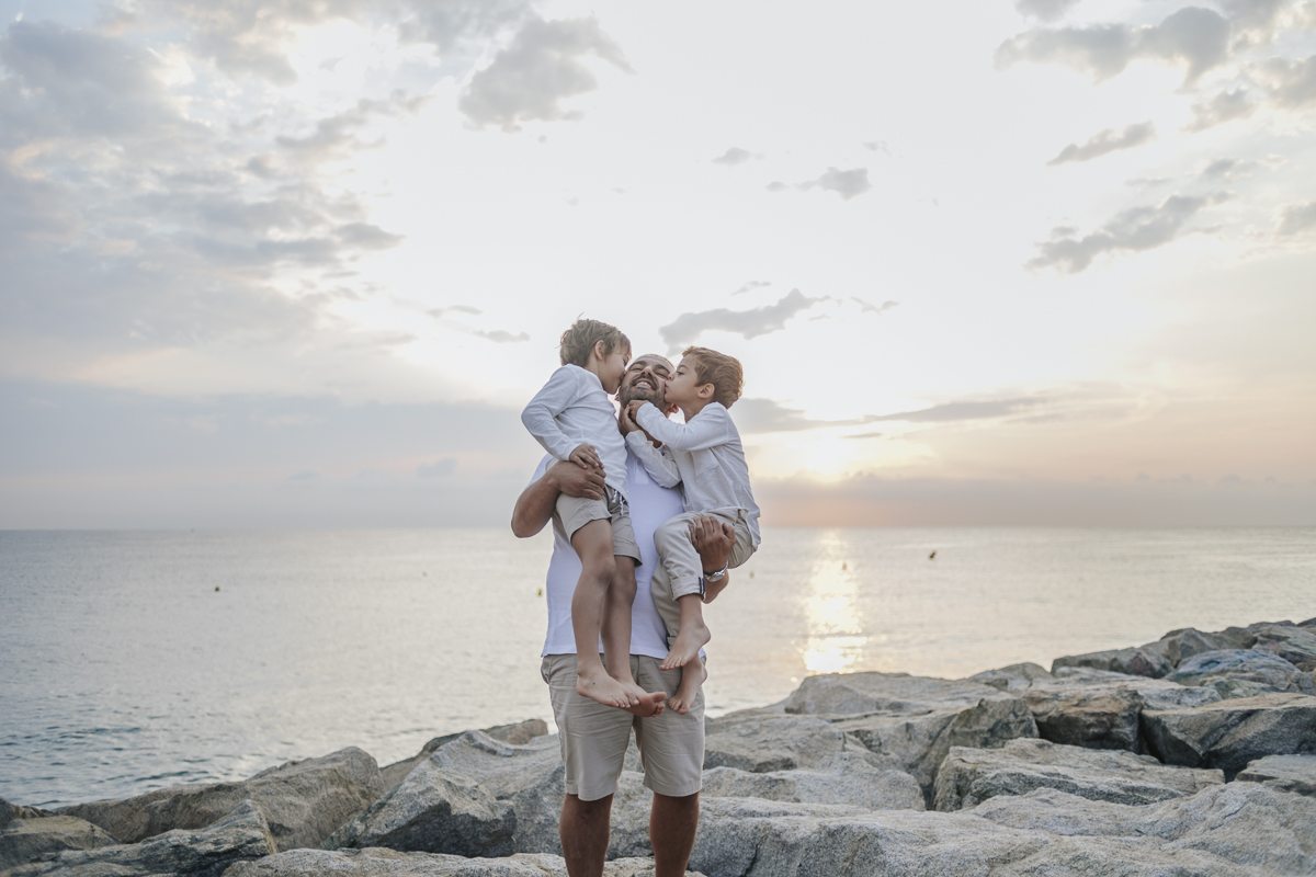 fotógrafo de familia Barcelona :: Fotógrafo familiar Sant Cugat :: Fotografía familiar natural :: amanecer en la playa :: Fabra i Coats