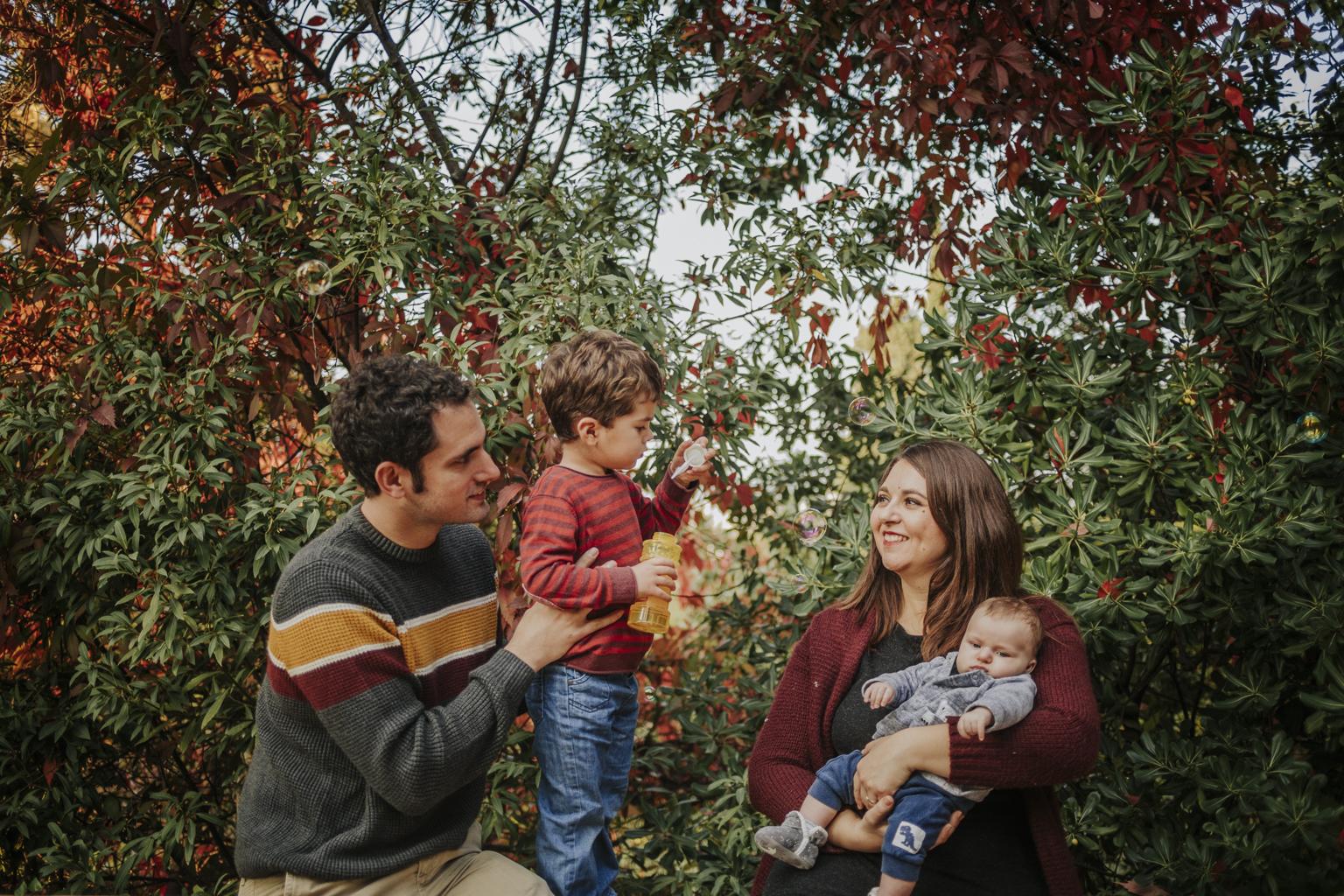 fotógrafo de familia Barcelona :: Parque de Laribal :: Fotografía familiar montjuic :: fotógrafo de familia Sant Cugat :: fotos de familia natural