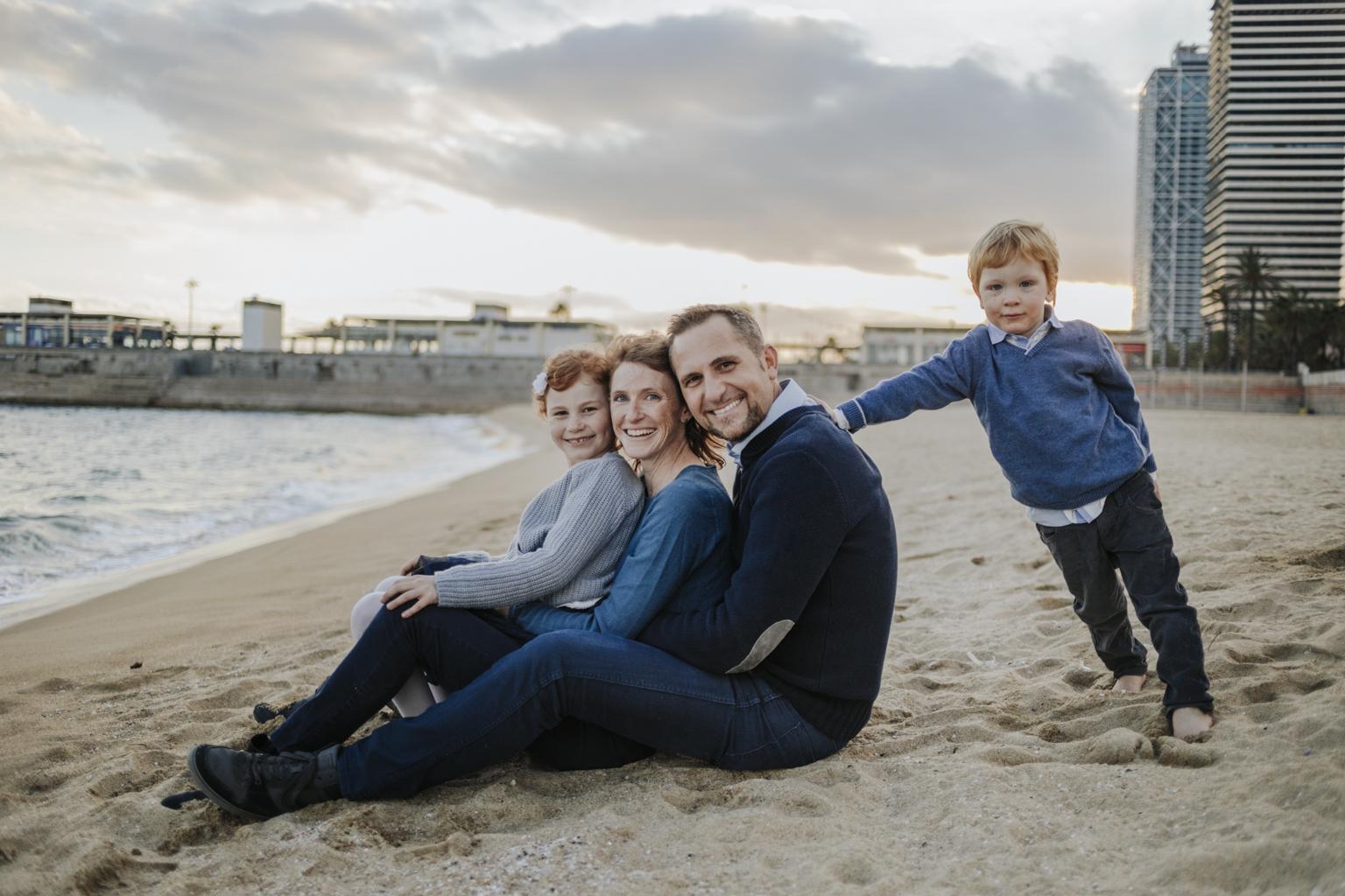 fotógrafo de familia barcelona :: fotografía familiar playa :: fotógrafo de familia Sant Cugat