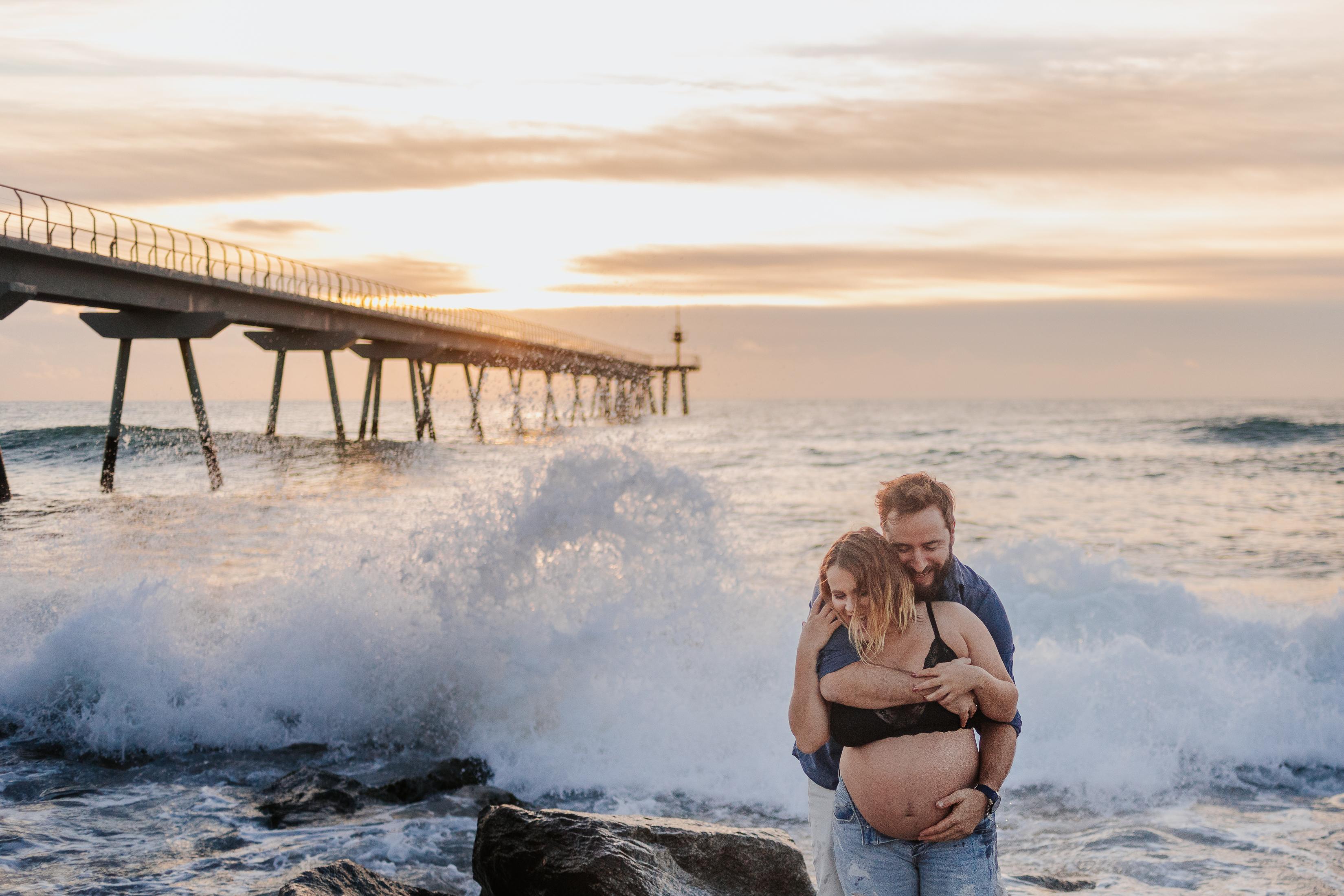 Fotógrafo embarazo Badalona :: Fotógrafo embarazada Badalona :: Pont del petroli :: Amanecer :: Salida del sol :: Pareja embarazada