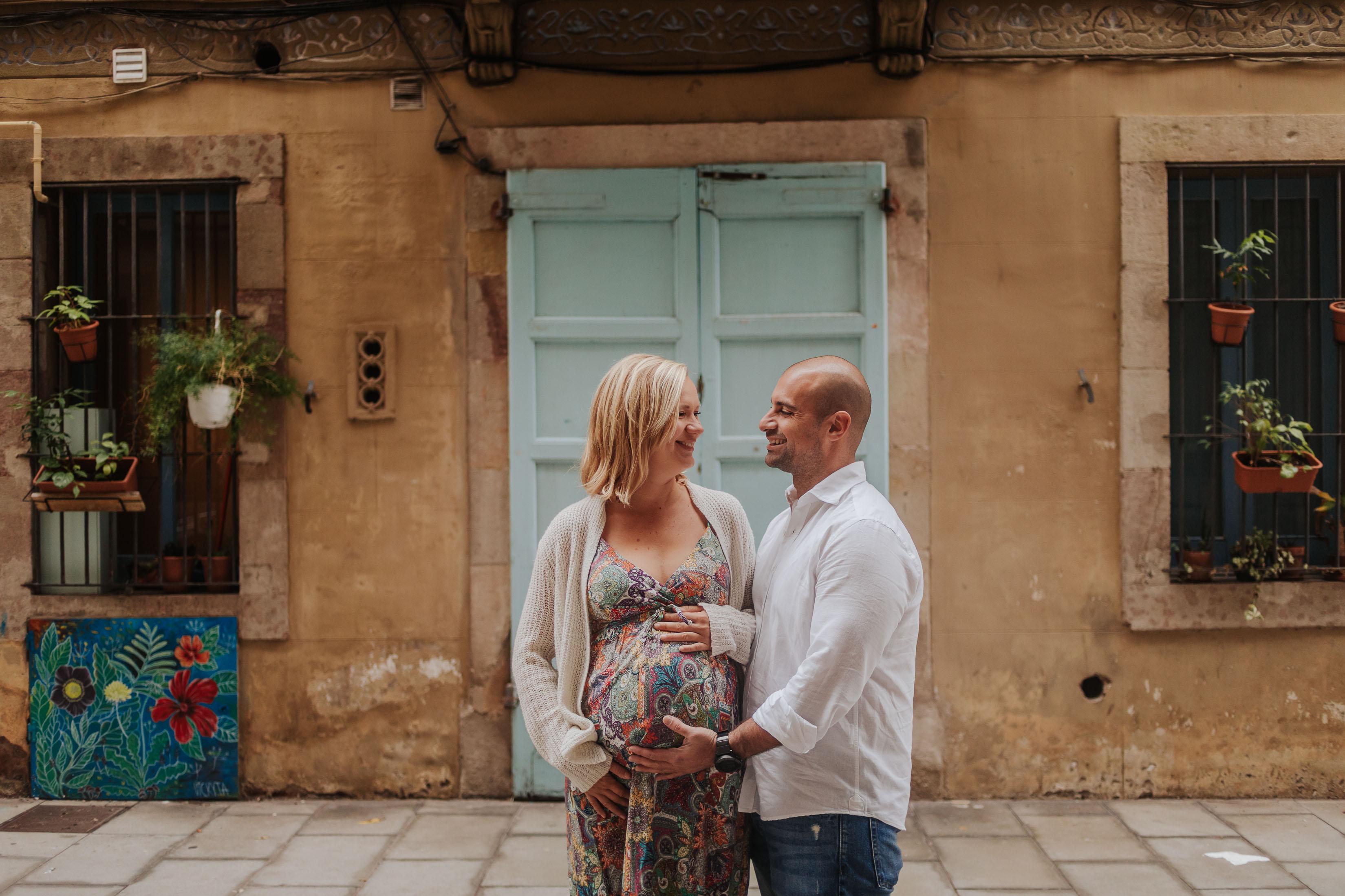 Fotógrafo embarazo Barcelona :: Fotógrafo embarazada Barcelona :: La Barceloneta :: Amanecer :: Salida del sol :: Pareja embarazada