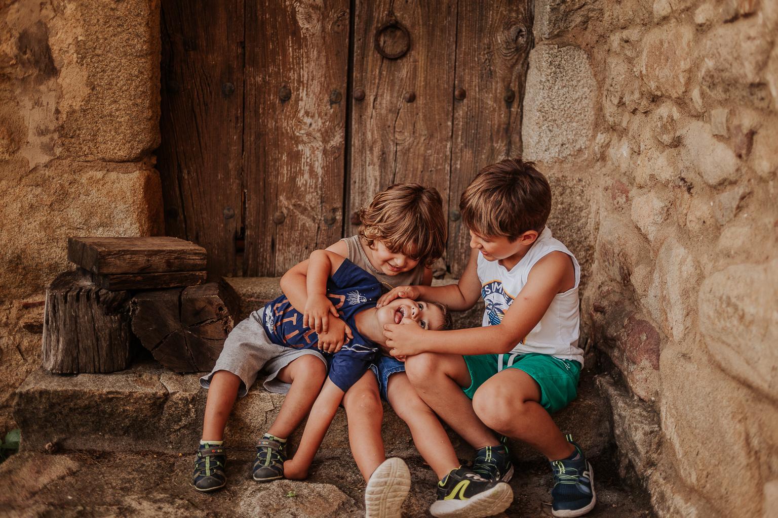 Fotógrafo familiar Girona :: fotografía familiar girona :: Costa brava :: Masía Catalana :: Família numerosa :: Fotografía natural famililiar